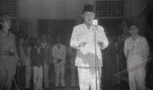 Presiden Soekarno saat pembacaan teks Proklamasi Kemerdekaan RI, 17 Agustus 1945 di Pegangsaan Timur 56 Jakarta Pusat.
